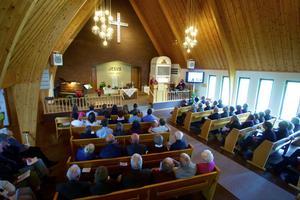 Allékyrkan var fullsatt. Till och med extra bänkar fick plockas fram. Här ses Gotty Dahlin-Ståhl läsa lite historik kring de två jubilerande församlingarna, baptisterna och missionarna.