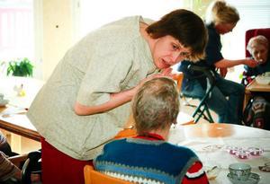Katarina Hellqvist, undersköterska på Spinnrocken, är kritisk till sparförslaget.