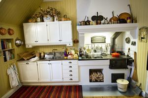 Köket är helt nybyggt - men i gammal stil. Bakom en dörr som satts igen har paret Wesström gömt en resväska med vardagssaker från det år då senaste renoveringen ägde rum.