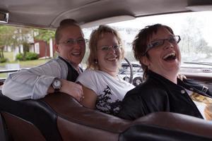 I en Dodge Costum Royal från 1959 kom de här tre gästriketöserna till Ljusdal för att cruisa. Det som lockade var givetvis bilarna, gemenskapen och musiken. Från vänster Lotta Boogh (Gävle), Christine Boogh (Gävle och Marran Westin (Sandviken)