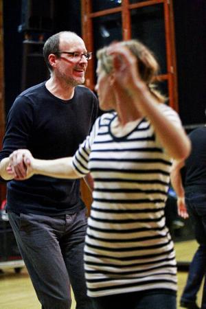 Det finns fasta stegrutiner, men i Lindy Hop får man också göra som man vill, vilket Anders Eriksson och Jenny Novén behärskar stilfullt