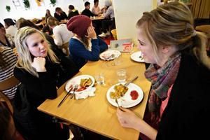 """Pannkakor som tillverkats i England stod på skolmatsedeln i går i Östersunds skolor. Lina Wendin och Anna Jonsson skulle helst vilja ha pannkakor tillagade på nära håll. """"Åtminstone att de var gjorda i Sverige,"""" säger Anna Jonsson"""