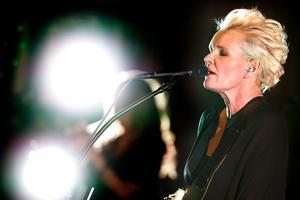 Kom nära. Eva Dahlgren skämtade och öppnade mellan låtarna upp sig gällande både privatliv och musikkarriär.