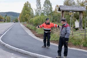 – Det fungerar inte för lastbilar med släp när trottoarerna är så här breda, säger Lars Frånlund och visar hur långt upp på trottoaren som lastbilssläpet kommer att gå.