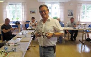 Det mesta går att göra med järntråd. Läraren Roland Gustavsson har knåpat ihop en chopper-bike.