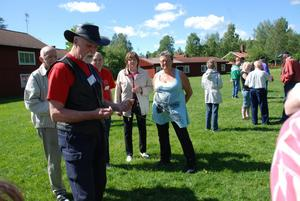 Agne Olausson, ordförande för Svenska Slagruteförbundet berättade och instruerade nybörjarna.