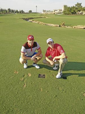 Nu är snart Daniel Jennevret (t v) och Erik Oja på grönbete igen. Den här bilden är hämtad från 18:e hålet i Dubai, när de förra året var där på läger med OS-aspiranterna.