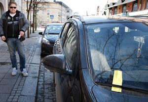 """Förbannad. Bengt-Åke Svensson är irriterad på kommunen sedan han fått böter på Järnagatan där parkeringarna har upphört. """"Det sitter inga skyltar så hur ska man veta att det inte är tillåtet att stå här längre"""", undrar han."""