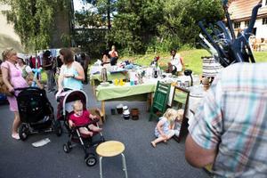 Loppmarknad var en av de aktiviteter som pågick på Betelkyrkans innergård i lördags.