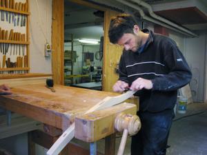 Det är svårt att uppskatta hur lång tid det tar att tillverka en stol, säger Johan Dahlgren. Det tar inte dubbelt så lång tid att göra fyra som att göra två, utan det går snarare snabbare att tillverka flera, bland annat för att mycket tid går åt till inställningar på maskiner.