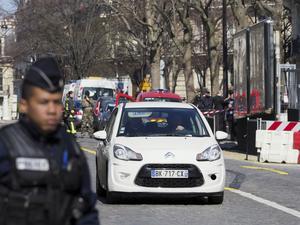 Franska polisen utanför IMF där en brevbomb exploderade på torsdagen.