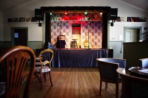 Scenen hos Mats och Karin Musik och Möten är i parets eget (stora) vardagsrum.