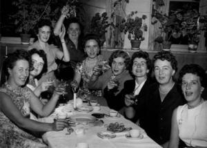 Glatt gäng.Festligt värre med ett antal damer under en teater- och upptaktsfest i Folkets Park i Gävle. Foto: Arkiv