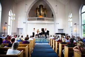 Kammarmusikfestivalen inleddes i onsdags i Sandviken med spel av Tobias Carron på flöjt, Mats Widlund på piano och Per Enoksson på violin.