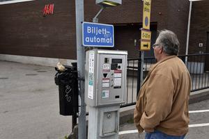 Överst på automaten står med små bokstäver att den här automaten betjänar Lindex parkering.