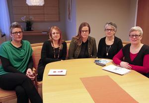 Socialsekreterare vid Kramfors kommun som trivs med sina jobb inom individ- och familjeomsorgen. Sara Wedin, försörjningsstöd, enheten för vuxna, Åsa Harnesk, enheten för barn och unga, Therese Eriksson vuxenenheten och LSS-handläggare, Lena Vestin, mottagningsgruppen inom barn- och ungdom, Carina Eriksson, chef vuxenenheten,