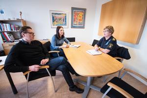 Hannu Högberg, kommunchef, Johanna Odö (S), kommunalråd, och Eva Lindberg, kommunpolis, i samtal under torsdagen med anledning av de inbrott som skett i Norberg de senaste två veckorna.