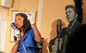 Cecilia Kyllinges sång träffar publiken med klassiska sånger från 50- och 60-talet. Foto: Emma Andersson