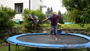 Studsmattan har blivit flitigt utnyttjad i sommar av dom här pojkarna.