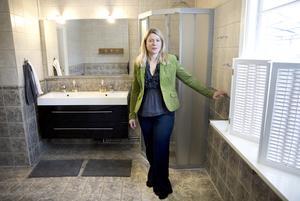 Det största badrummet rymmer både dusch och bubbelpool.