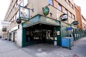 stänger. Om drygt en vecka stängs puben Mc Gills och återuppstår–sedan lokalerna byggts om–av Harrys med både pub, restaurang och diskotek.