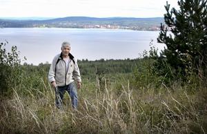 Lennart Källström har bott på Halvars sedan 1984 och kan berätta om andra tider, då landskapet var mer öppet och inbjudande. Foto:Peter Ohlsson