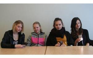 """Från vänster, Lovisa Andersson-Nohrstedt, 9C, Beatrice Könberg, 7A, Julia Johansson, 8A och Alice Camitz, 8A, tycker allihopa att """"nettikett"""" var en bra initiativ från skolans sida, för att få ner antalet elaka kommentarer eller sms som ibland dyker upp. Foto: Klara Johansson"""