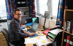 Mikael Andersson är huvudansvarig för Karlfeldtgymnasiets elitfotbollsprogram, som i höst får ännu fler elever och en ny instruktör. FOTO: KERSTIN ERIKSSON