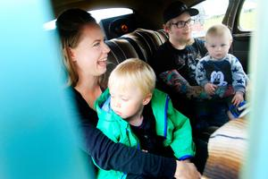 Oskar och Elin Bergerin, tillsammans med barnen Harry och Sixten, tryckte ihop sig i baksätet på Oskars syster Johannas bil för att undvika regnet.