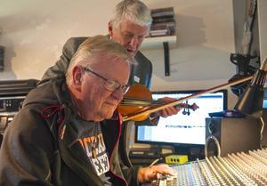 Anders Månsson och Alf Jönsson står bakom en nyutgiven skiva med gamla och nyskrivna härjedalslåtar.