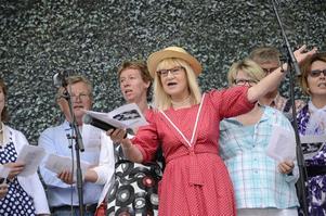Allsång. Marie-Louise Danielsson-Tham höll tillsammans med sin kör i allsången på torget.