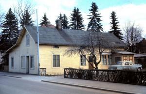 En exteriörbild som visar infarten och delar av trädgården till Majkens café som låg längs Borganäsvägen i höjd med Geologiska muséet. Tidigare fanns här Lydia Cedergrens