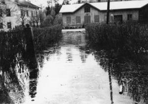 Här är det rejäl vårflod vid den gamla affären i Askesta, mellan Ljusne och Söderala, 1979.