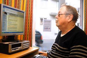 Surfa med Roffe. Rolf Arvidsson ställer gärna upp och hjälper seniorerna när datakunskaperna tryter.