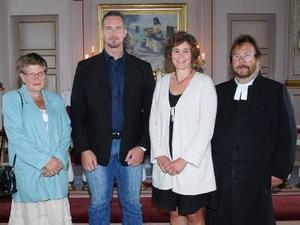1969 och 1979 års konfirmander i Åsarna kyrka samlade 19 juli 2009. Annelie Åslund, Åsarna konfirmerad 1969 samt 1979 års konfirmander Stefan Hallberg, Uppsala, Marie Jönsson, Örebro och prästen Carl Boman.