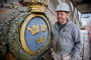 Även vapensköldarna ska renoveras. Patrik Eriksson visar.