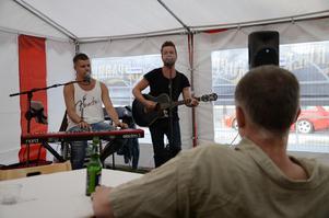 Trubadurer. Jesper Hugosson och David Karlsson stod för musiken innan de blev avbytta av Larssons rockband.