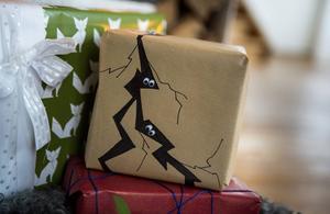 Små ögon på paketet gör barnen glada.