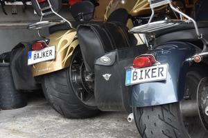 Leif Johnson i Domsjö har flera personliga registreringsskyltar, bland annat de här två, på hans och hans sambos motorcyklar.
