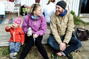 Anna-Lotta och Henning Karlsson med dottern Harriet, två år.