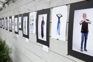 På Rosehills kunde besökarna titta på en fotoutställning gjord av mediaelever på Slotte. Utmed väggarna syntes idolfoton på musikelever som var iklädda kreationer designade och sydda av skolkamraterna från hantverksprogrammet.