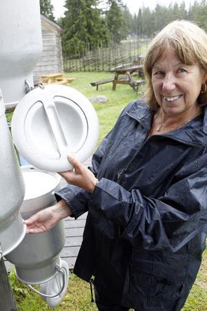 Gerd Andersson gör i ordning mjölkkannorna inför sommarens första mjölkning på fäbodvallen.