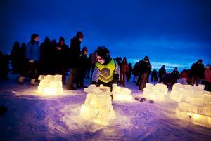 Det blev inga hundratals lyktor av rispapper att släppa upp i skyn under Vinterfestivalens avslutning som utlovat, det blåste för mycket. I stället blev det fina lyktor av isblock med marschaller i. Arvid Lundin byggde en med stor omsorg.