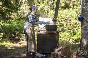 På morgonen hämtar Marika vatten i bäcken och gör upp eld i murpannan för det behövs varmt vatten till rengöring och disk.