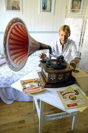 Handarbete. Christer Folkesson vevar igång den gamla trattgrammofonen som han ska använda i ett program i Kumlas närradio till hösten.