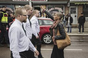 David Lagerlöfs bild från Borlänge i söndags, där anhängare till nazistiska Nordiska motståndsrörelsen demonstrerade, väcker uppmärksamhet.