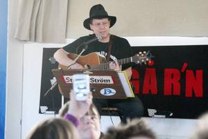 Stefan Ström blev till och med filmad under konserten. Han fick också skriva autografer efteråt.