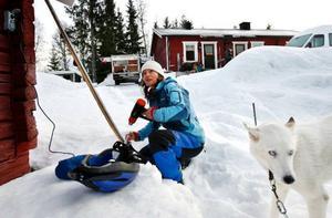 Torhild Lamo från Älvdalen debuterade i tävlingssammanhang i Lillholmsjö och preparerade skidorna med glidvalla.