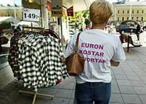 Foto: LEIF JÄDERBERG Propagandan om att euron kostar pengar och att demokratin skulle försämras vid ett EMU-medlemskap verkar gå hem. På bilden är oppositionsrådet Ulla Andersson, v, på väg mot ett kampanjarbete på Rådhustorget i Gävle. I går följde GD med henne och de övriga nej-kämparna i kampanjens vardag.