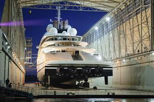 Den enorma yachten Azzam är byggd för att kunna åka i grunda vatten.